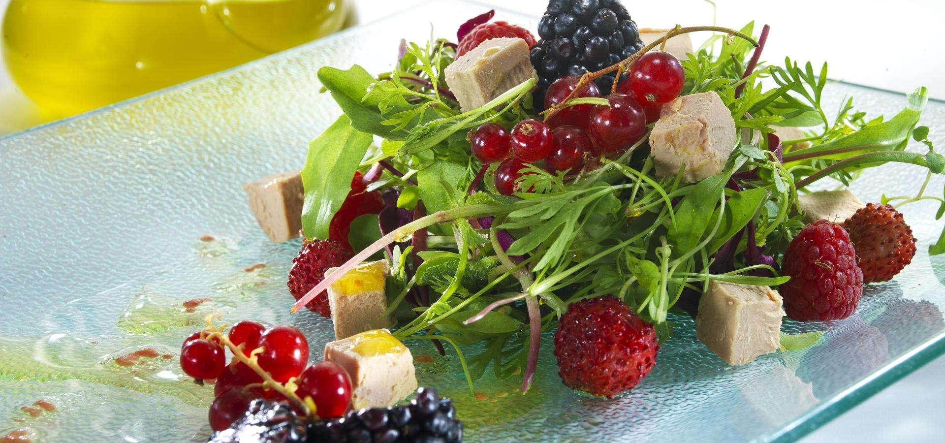 Salat mit halbgegarter Gänseleberpastete und Beeren