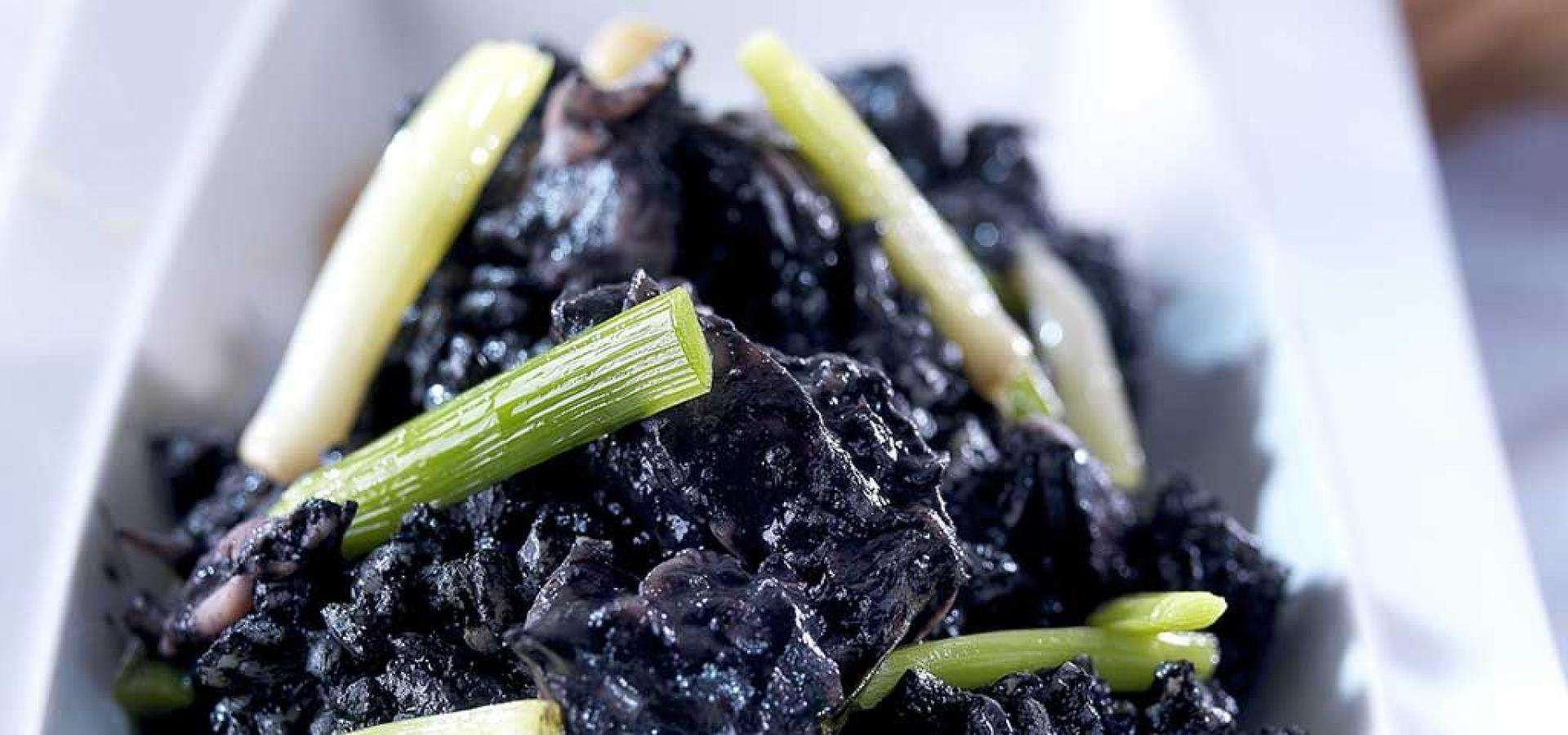 Rezept für Schwarzer Reis mit kleinen Sepia und Frühlingszwiebeln