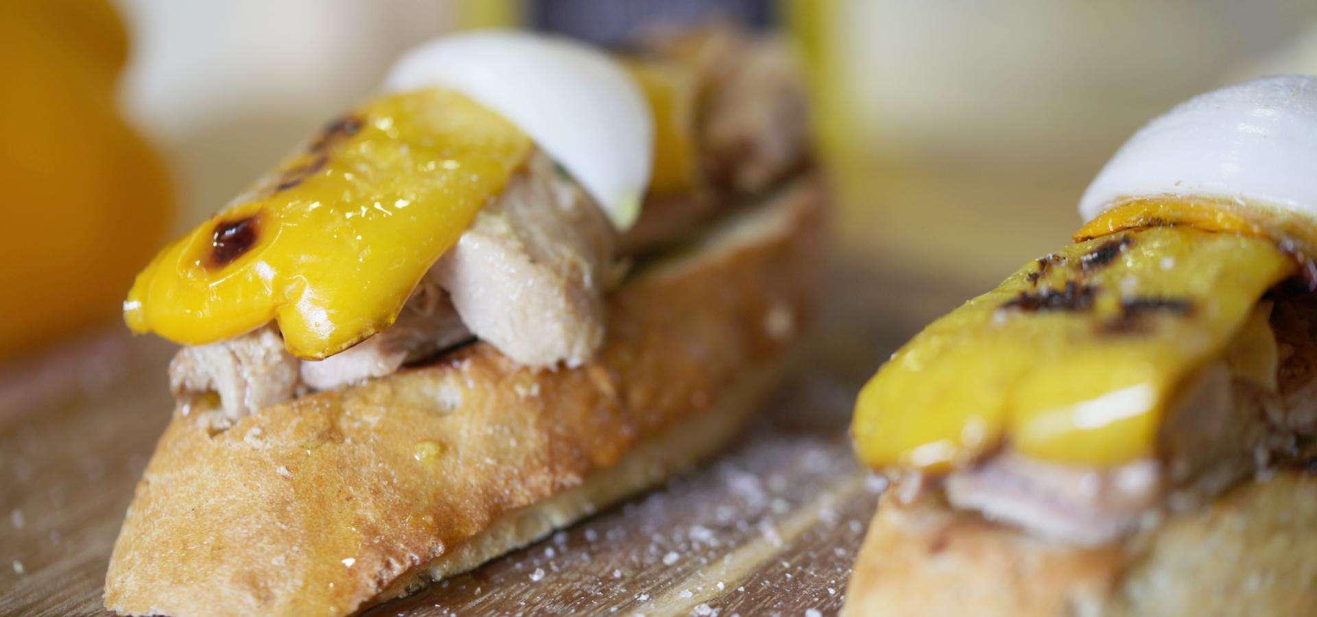 Toast mit in Olivenöl eingelegtem Thunfisch mit Paprika und süsser Zwiebel