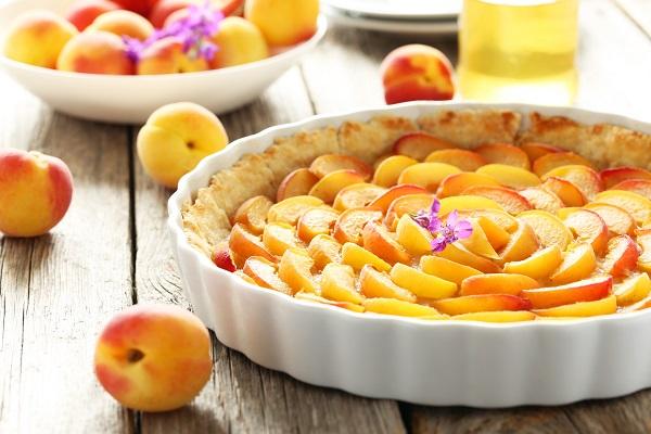 Aprikosentorte auf grauem hölzernem Hintergrund