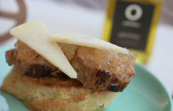 Toast mit karamellisierten Zwiebeln und Käseeckchen