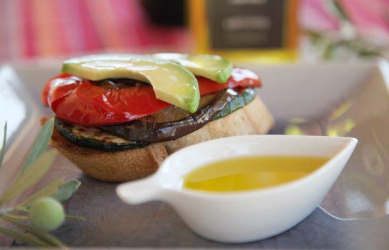 Toast mit Olivenöl gebackenem Gemüse