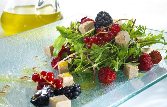 Salat mit halbgegarter Gänseleberpastete und Waldbeeren
