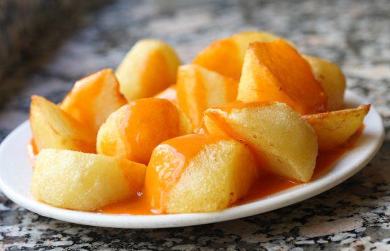 """""""Patatas Bravas"""" (Frittierte Kartoffeln mit scharfer Soße)"""