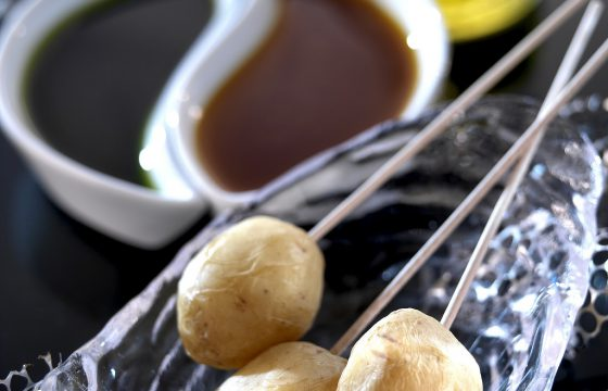 Runzelkartoffeln mit grünem und rotem Mojo