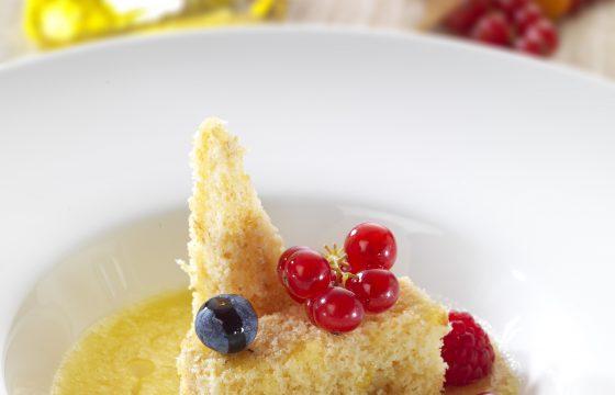 Rührkuchen aus weißer Schokolade mit Ananassuppe und leicht angebratenen Beeren