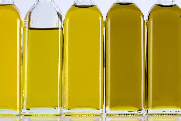 Olivenölflaschen in einer Reihe und verschiedenen Farben